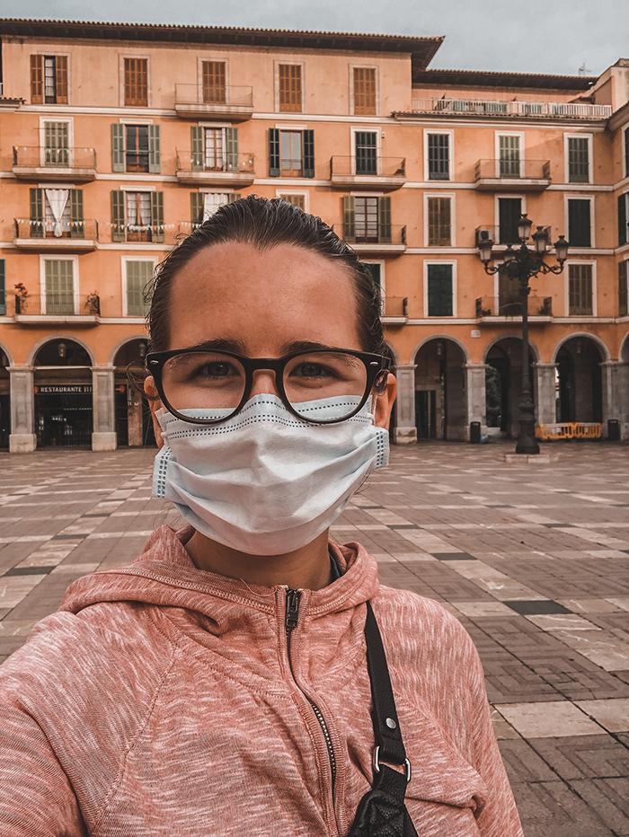 girl wearing mask during lockdown in Palma de Mallorca